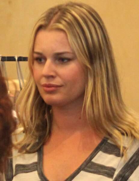 Rebecca Romijn dans un magasin