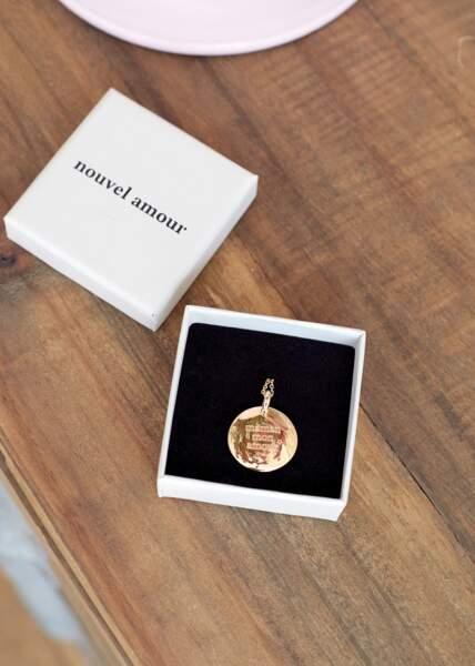 Médaille gravée, Sézane x Nouvel Amour, 90 euros