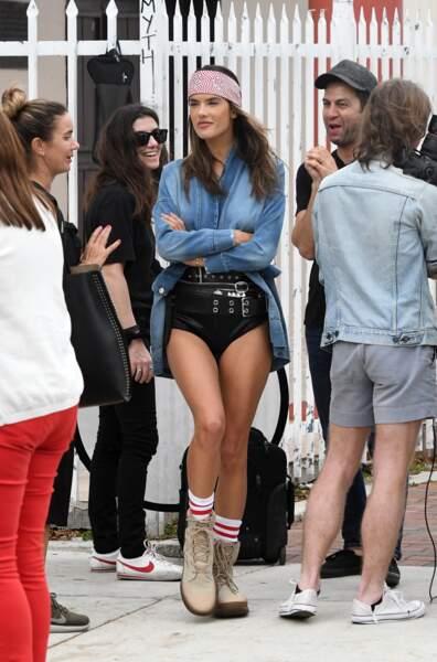 Alessandra Ambrosio en montre trop en plein shooting
