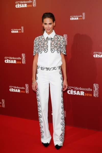 Aux César 2016 Ophélie Meunier avait osé la tenue de toreador blanche. Bien tenté mais 100% RATÉ