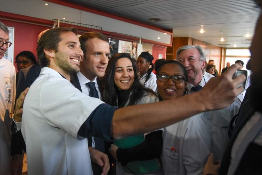 Emmanuel Macron en visite dans un hôpital pour la journée mondiale de lutte contre le sida