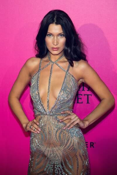 Défilé Victoria's Secret : Bella Hadid hot en diable dans sa robe transparente et décolletée Julien MacDonald