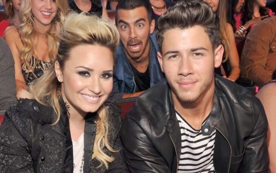 Joe Jonas entre son frère Nick et Demi Lovato
