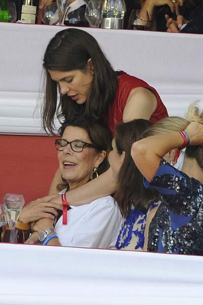 Elle en profite même pour faire un tendre câlin à sa maman, Caroline de Monaco