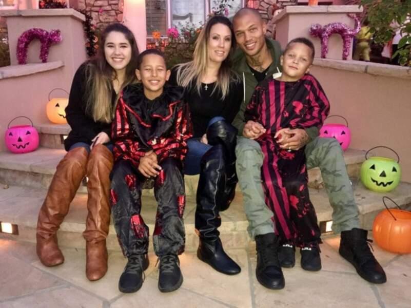 Jeremy Meeks avec sa femme Melissa, leurs deux fils et la fille de Melissa à Halloween