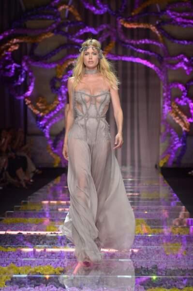 Le top Doutzen Kroes sublime en Versace haute couture
