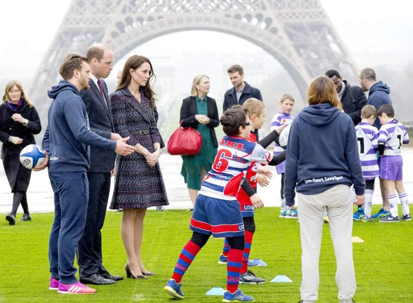 Première représentation officielle à Paris avec photo près de la Tour Eiffel