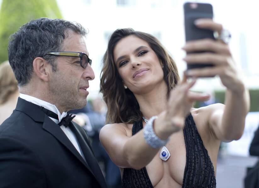 Cannes 2016: ce monsieur avait du mal à regarder Alessandra Ambrosio dans les yeux!