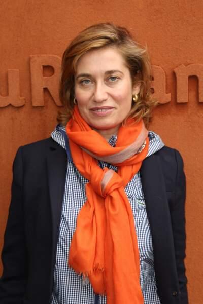 Suivant les pas de sa mère actrice de théâtre, Emmanuelle Devos rentre au Cours Florent sans le bac en poche