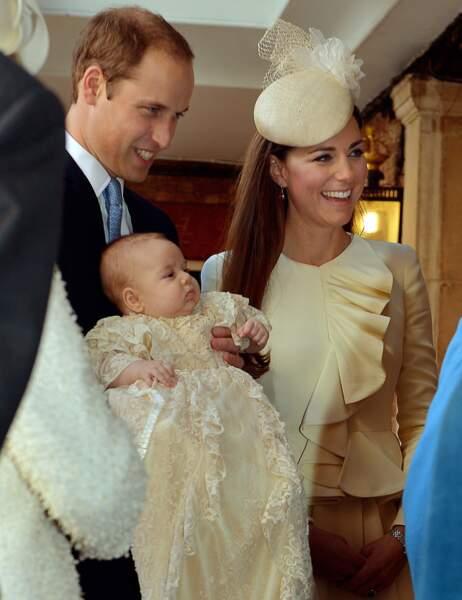 Le prince William tient son fils au moment d'entrer dans la chapelle