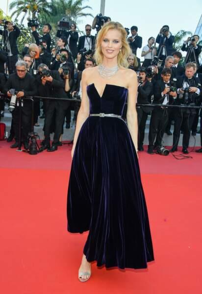 Eva Herzigova sublime en robe bustier noir