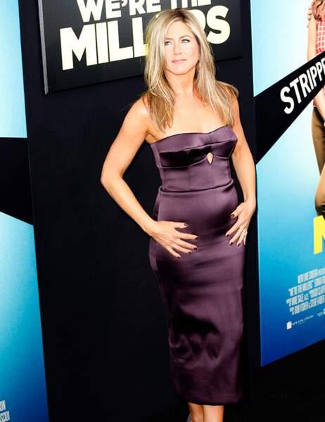 Jenifer Aniston choisit la robe satinée (qui ne pardonne pas, ni le cassoulet de midi, ni le bidou à rumeurs...)
