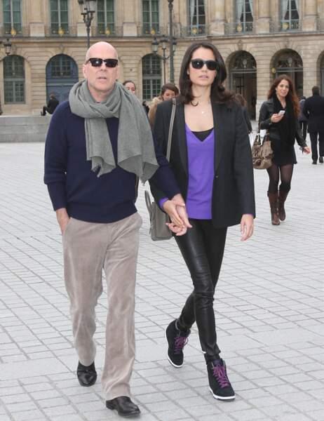 Bruce Willis et Emma Heming en balade sur la place Vendôme.