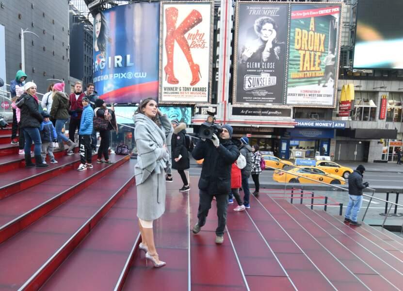 Iris Mittenaere contemple New York pour les besoins de la télé américaine