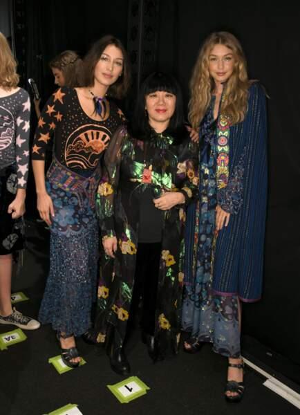 Fashion week de New York - Les deux sœurs, Bella et Gigi Hadid, posent avec la créatrice Anna Sui