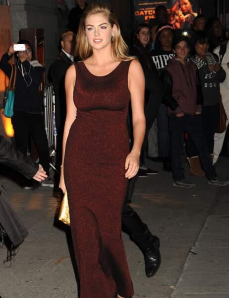 Kate Upton dans une robe bordeaux moulante