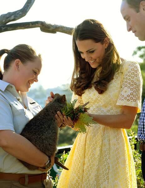 Très attentionnée, la duchesse donne à manger aux animaux