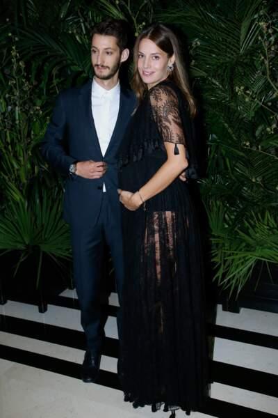 Pierre Niney et Natasha Andrews, heureux de dévoiler l'heureuse nouvelle sur le photocall