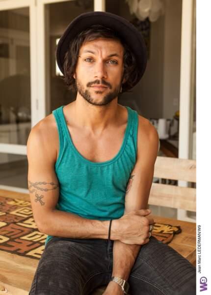 Bryan, 27 ans, est l'artiste du groupe. Barman la nuit et chanteur le jour, il est également un coeur à prendre