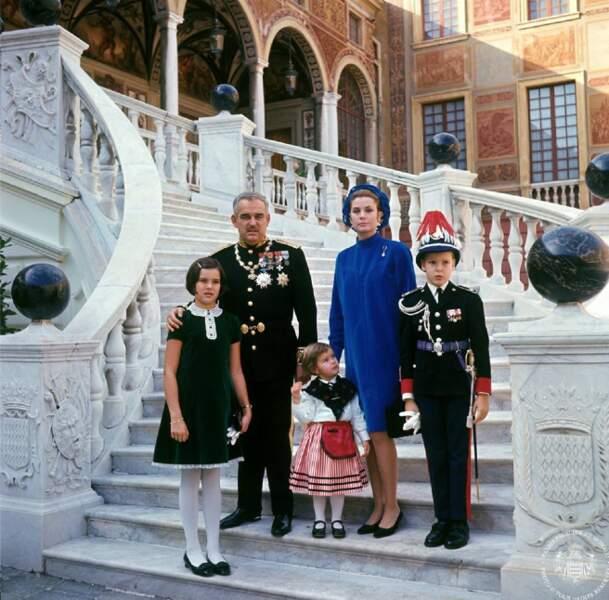 La famille princière dans la cour d'honneur du Palais
