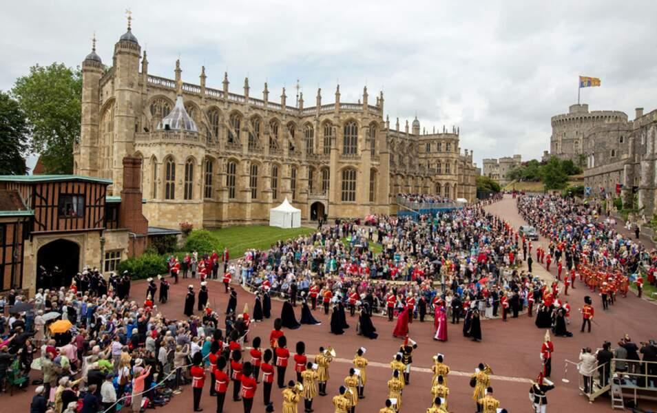 La procession se dirige à la Chapelle Saint-George du château de Windsor...