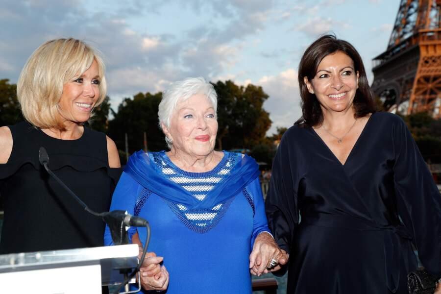 Avec sa robe, impossible pour Line Renaud de passer inaperçue entre deux grandes dames