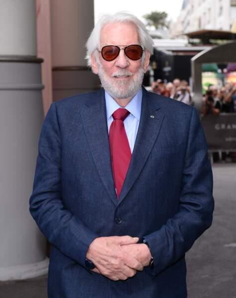 Cannes 2016: Donald Sutherland vraiment trop élégant dans son costume bleu.