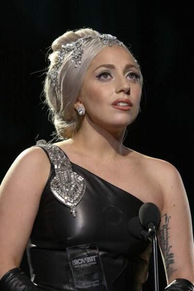 Lady Gaga et son tatouage à la cuisse : une licorne portant le titre de sa chanson « Born this way »