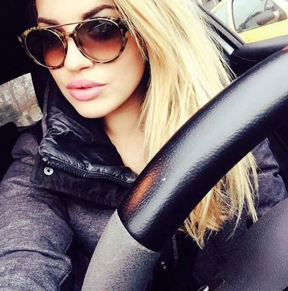 Tiffany adore prendre la pose, même au volant de sa voiture