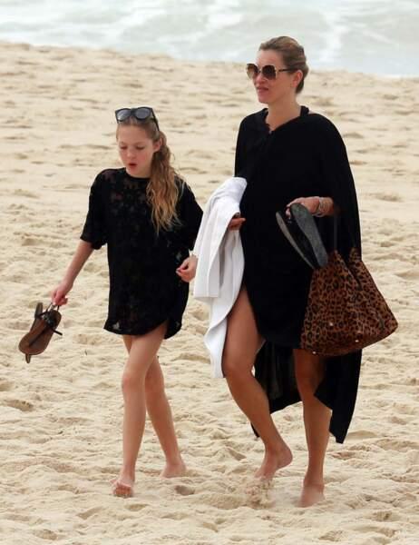 Kate Moss et Lila Grace optent pour la tunique noire après la plage