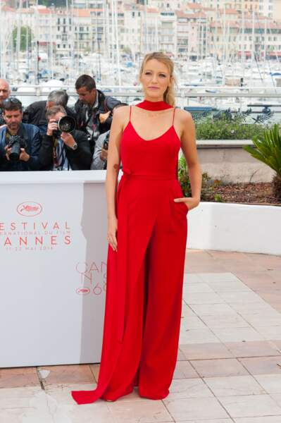 Cannes 2016: au photocall de Café Society, Blake Lively portait une superbe combi rouge Juan Carlos Obando