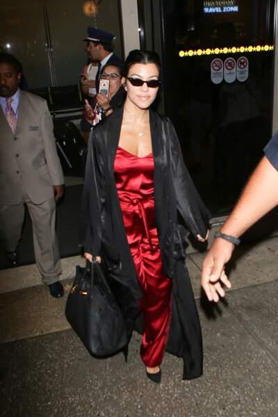 Kourtney Kardashian en combi de satin rouge : une tenue qui nous fait saigner des yeux.