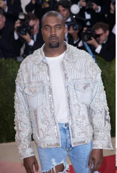 Kanye West en Balmain et lentilles bleues (pffiouh)