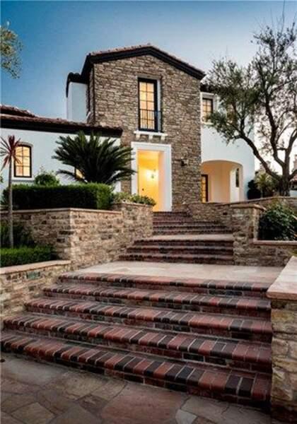 Visitez la superbe villa que Kylie Jenner met en vente : petit zoom sur l'entrée de la maison