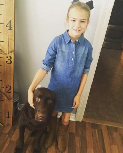 Maddie pose avec son chien