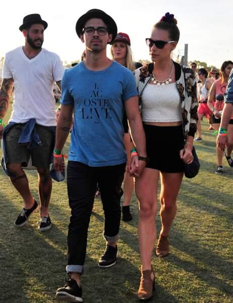 Joe Jonas tient par la main le mannequin Blanda Eggenschwiler