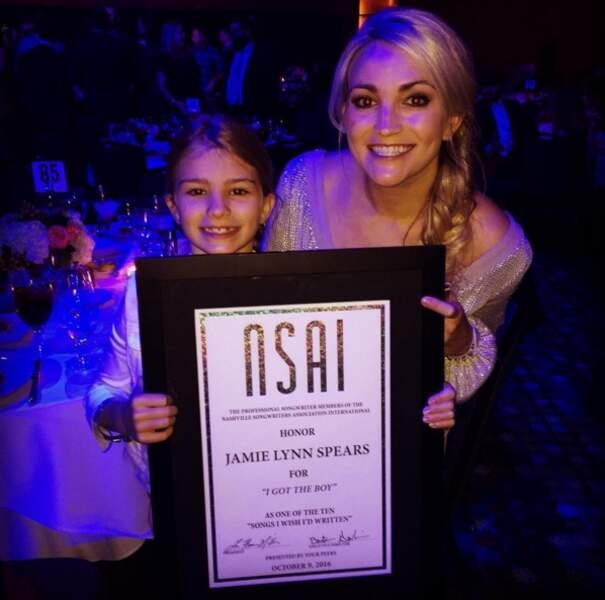 Maddie avec sa maman Jamie-Lynn à une remise de prix
