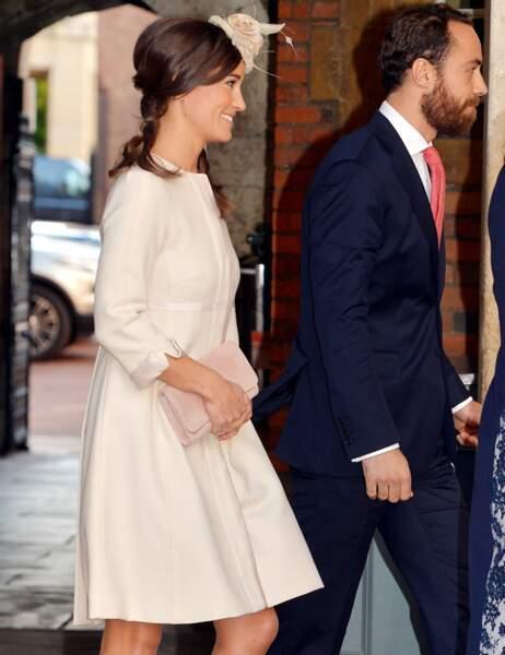 Pendant ce temps, Pippa et James Middleton arrivent à la chapelle