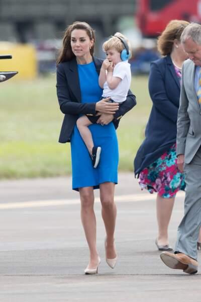 À bientôt 3 ans, baby George n'avait sans doute jamais vu d'hélicoptère de si près.