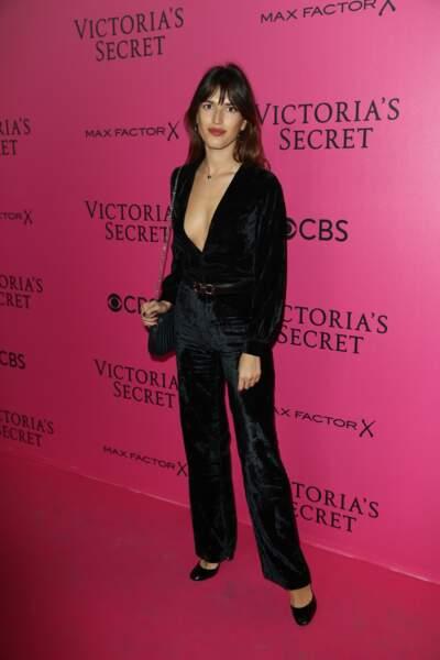 Défilé Victoria's Secret : la it-girl Jeanne Damas ultra décolletée en combi de velours Rouje