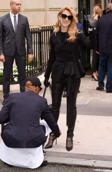 Défilé Christian Dior haute couture 2016-2017 : Céline Dion et son assistant chaussure... Voilà, voilà