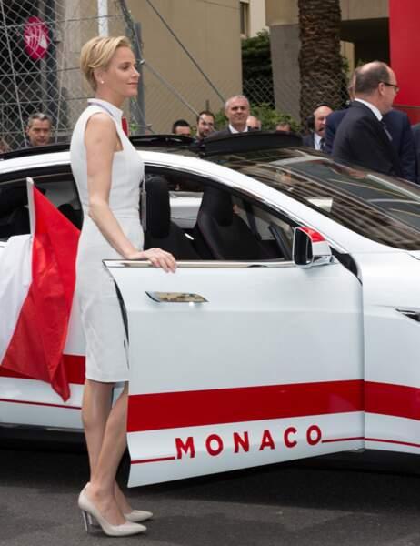 La princesse Charlène de Monaco arrive dans une voiture aux couleurs de la principauté...