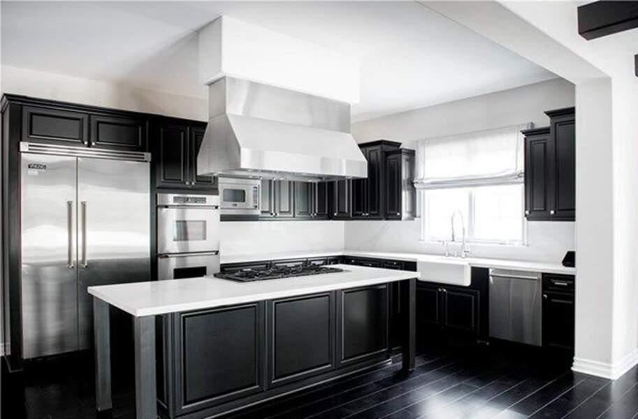 Visitez la superbe villa que Kylie Jenner met en vente : et enfin, la très belle cuisine