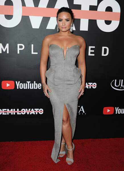 Do : Demi Lovato sensuelle dans sa robe bustier fendue
