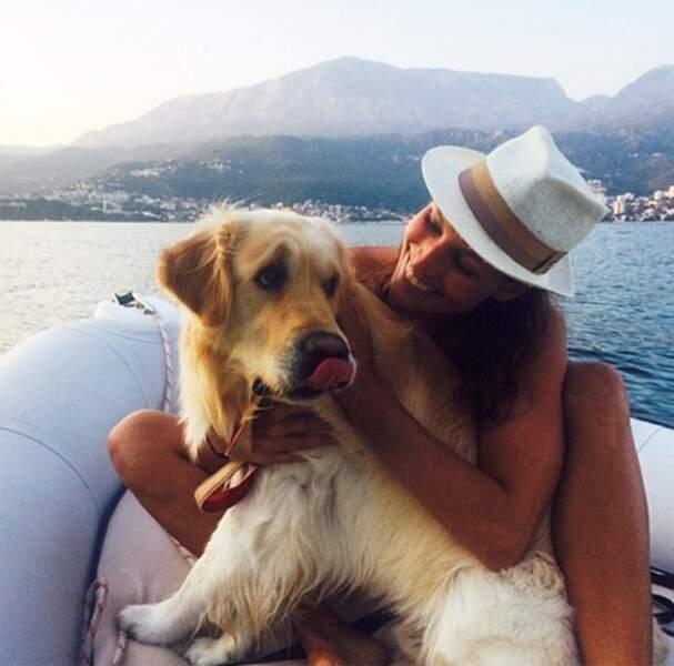 Laury Thilleman en zodiac avec son chien