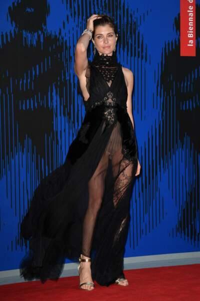 Tenue transparente et culotte apparente : Vittoria Puccini