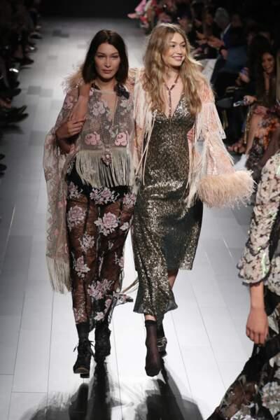 Fashion week de New York - Pour le dernier tour de piste, Bella et Gigi Hadid défilent côte à côte