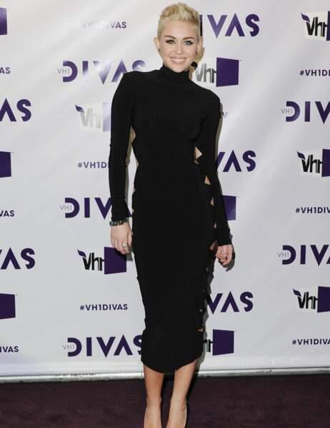 Etonnant, Miley Cyrus a choisi une robe noire très sage