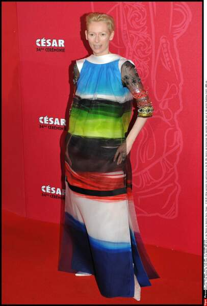 Tilda Swinton aime tellement le tableau qu'il y a dans son living qu'en 2009 elle a décidé de le porter.