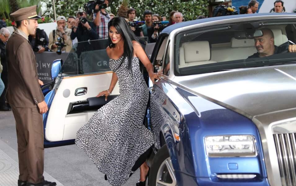 La faute à sa longue robe fendue, pas vraiment pratique...
